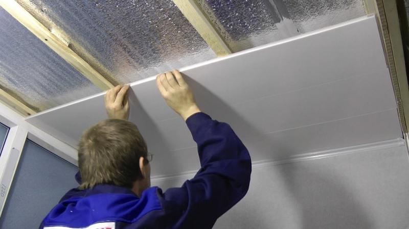 Из чего сделать потолок на лоджии: удачные идеи и простые варианты
