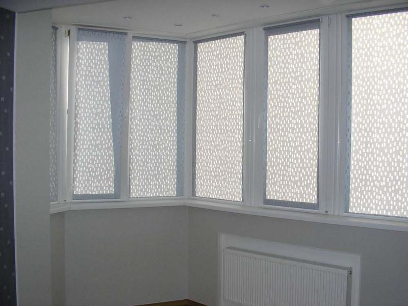 Компактная рулонная штора на балкон: оформление окна своими руками