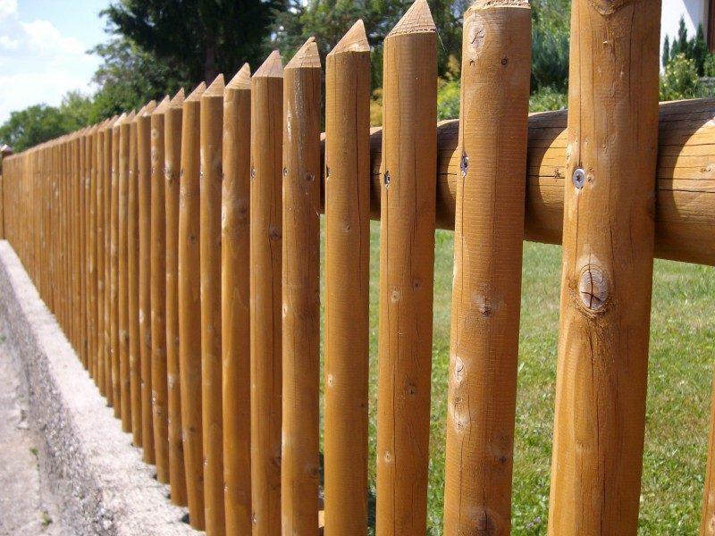 забор из бревенчатого частокола