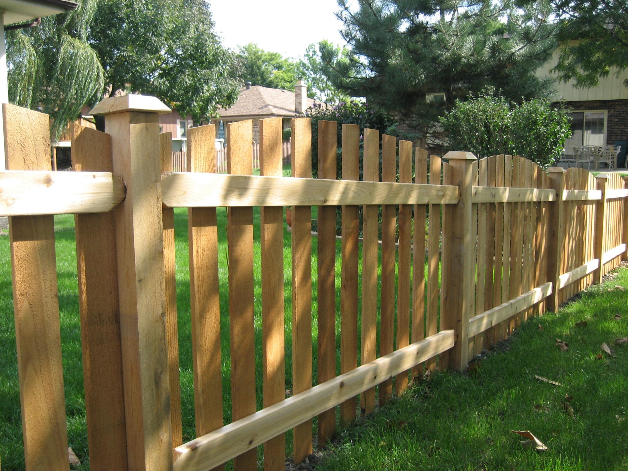 забор из деревянного вертикального штакетника