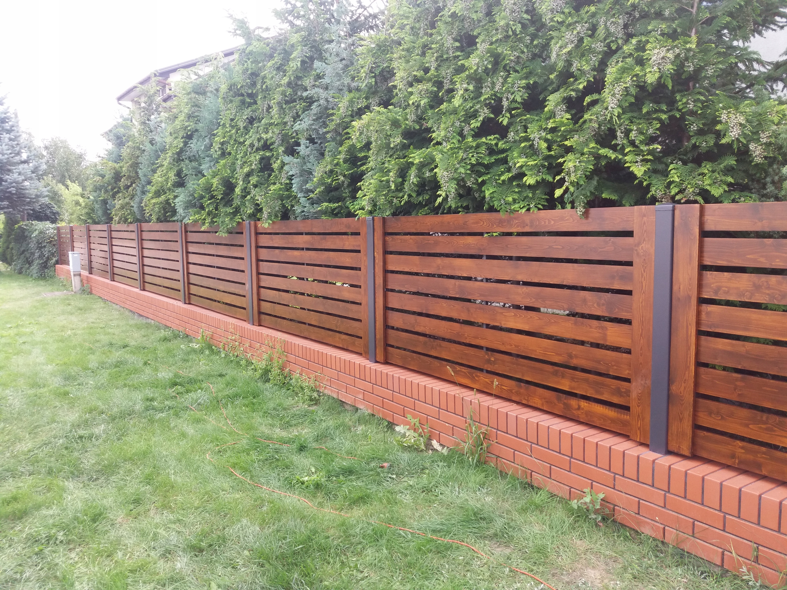 забор из деревянного горизонтального штакетника