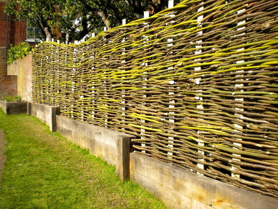 плетенный деревянный забор