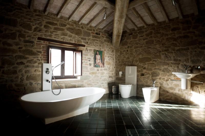 Интерьер старинного замка в современной вилле в Италии