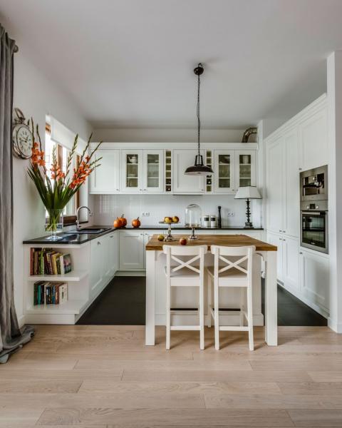 Красивая уютная кухня в одной из квартир Варшавы