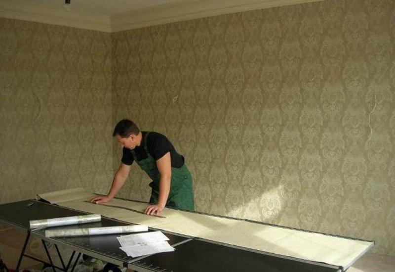 Как клеить обои на потолок: правила и подсказки