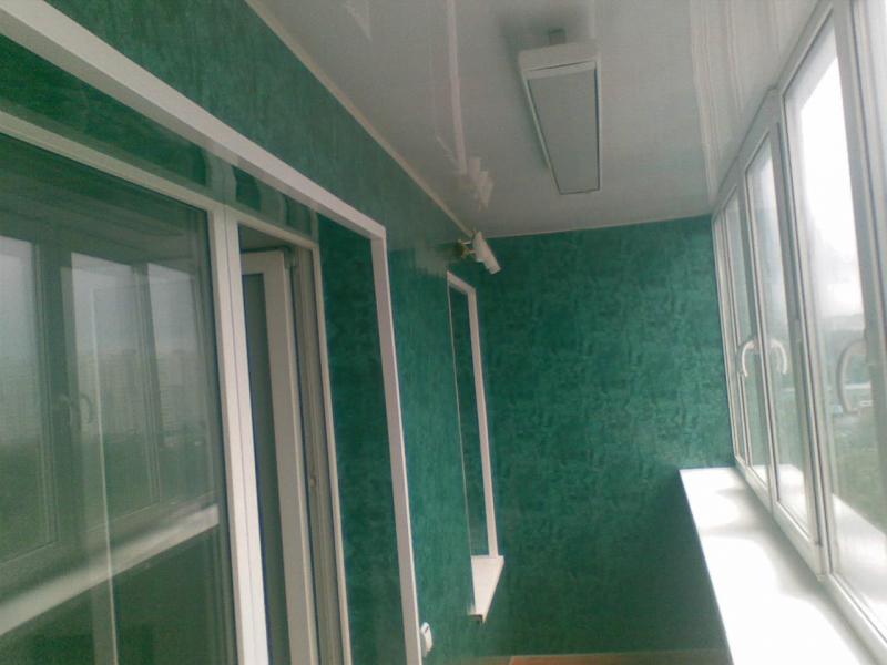 Обшивка балкона с использованием разных видов вагонки