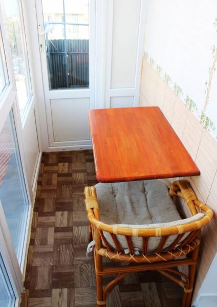 Откидной столик на балкон: эргономика в помещении