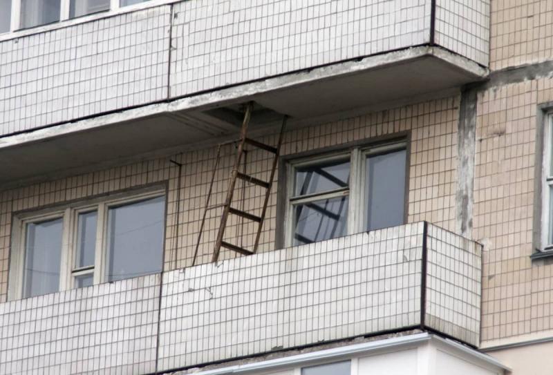Пожарная лестница на балконе: что делать, что предусмотреть