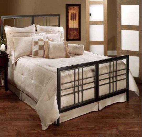 Интерьер спальни в классическом стиле. Металлическая спинка кровати