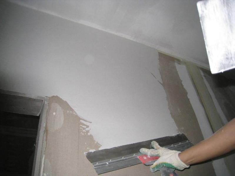 Правильная шпаклевка стен под обои в 4 этапа