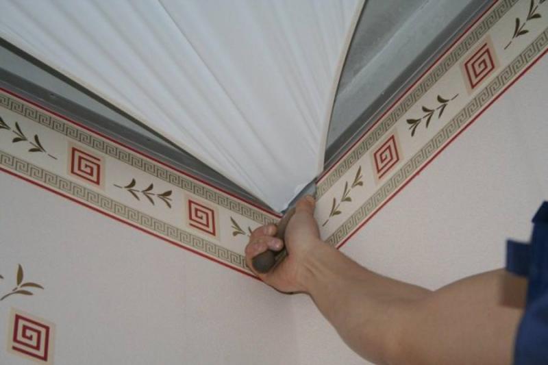 Что делать сначала: обои или натяжной потолок