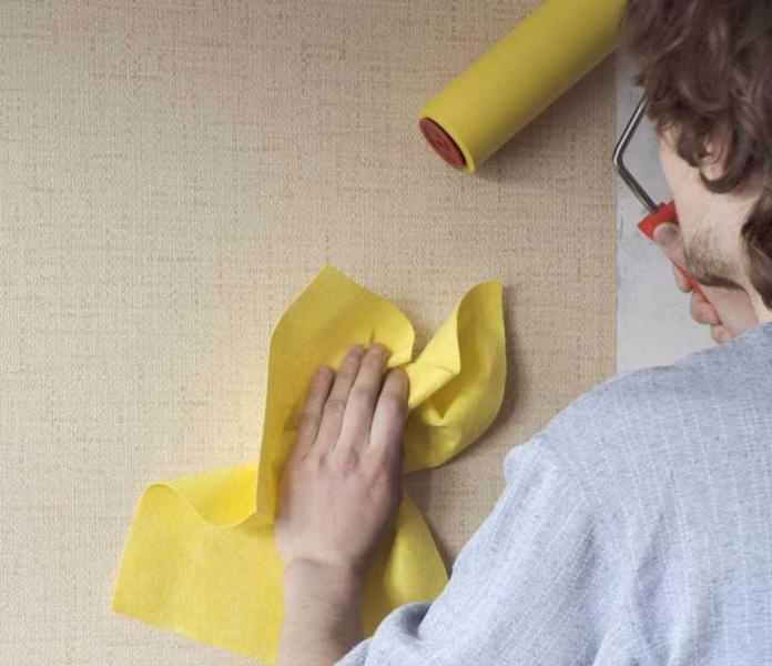 Можно ли клеить обои на водоэмульсионную краску: 3 этапа работ