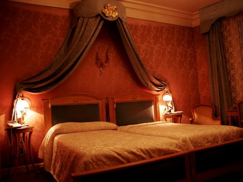 Как поставить кровать в спальне
