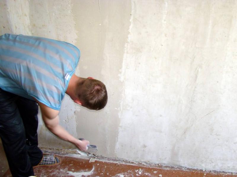 Какой должна быть грунтовка для стен под обои: 3 критерия